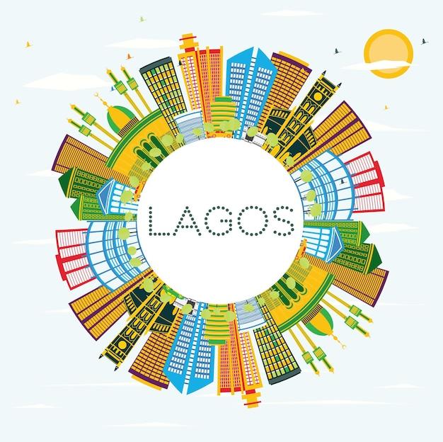 色の建物、青い空、コピースペースのあるラゴスナイジェリアシティのスカイライン。ベクトルイラスト。近代的な建物とビジネス旅行と観光の概念。ランドマークのあるラゴスの街並み。