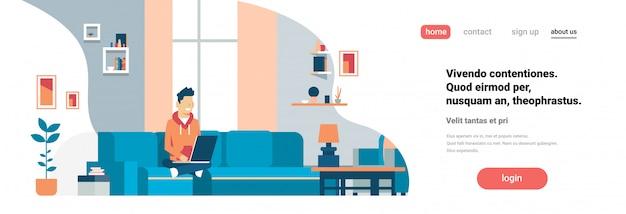 Целевая страница или веб-шаблон с человеком, используя ноутбук интерьер гостиной