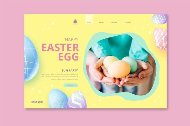 Modello di pagina di destinazione per pasqua con bambino che tiene le uova