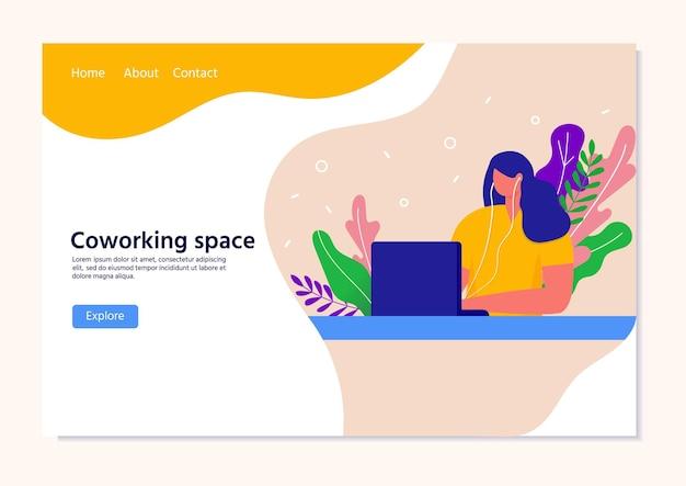 Шаблон целевой страницы с женщиной, сидящей перед настольным компьютером в наушниках. концепция удаленного рабочего места или домашнего офиса.