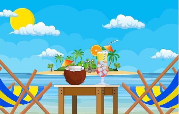 Пейзаж деревянного шезлонга, пальмы на пляже.