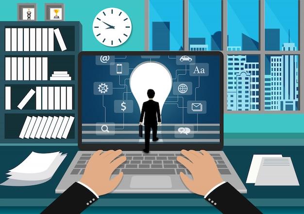 Взгляд экрана компьтер-книжки бизнесмена стоя перед экраном.