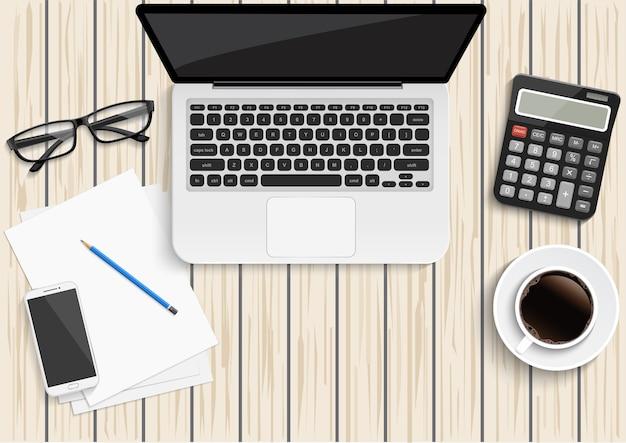 Ноутбук планшетный смартфон и кофе на фоне деревянного стола с текстовым пространством и копией пространства
