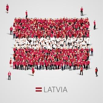 라트비아 국기 모양에있는 사람들의 큰 그룹