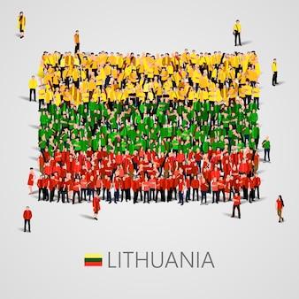 Большая группа людей в форме латвийского флага