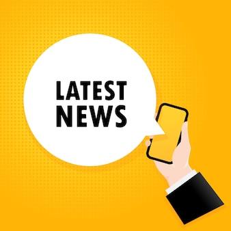 최근 소식. 거품 텍스트와 스마트폰입니다. 텍스트 최신 뉴스와 포스터입니다. 만화 복고풍 스타일입니다. 전화 앱 연설 거품.
