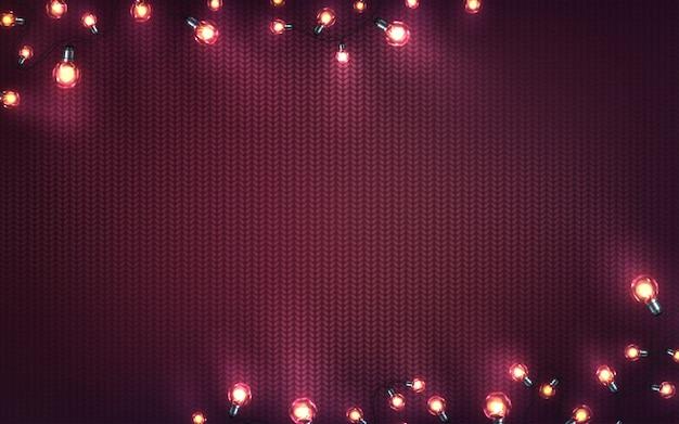 クリスマスライトとクリスマスの背景。紫色のニットのテクスチャ上のled電球の休日輝く花輪