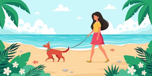 해변에서 여가 시간 강아지와 함께 산책하는 여자 여름 시간