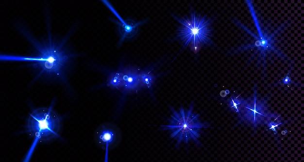 렌즈 플레어, 빛이 투명한 배경에 고립 된 파란색 광선으로 깜박입니다. 현실적인 눈부심 효과 세트, 반짝임, 후광 및 광선이있는 스포트라이트의 밝은 광선