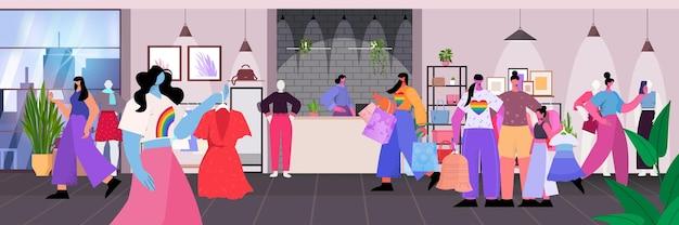 패션 부티크에서 옷을 사는 레즈비언 트랜스젠더는 lgbt 커뮤니티 개념 쇼핑몰 인테리어를 좋아합니다.
