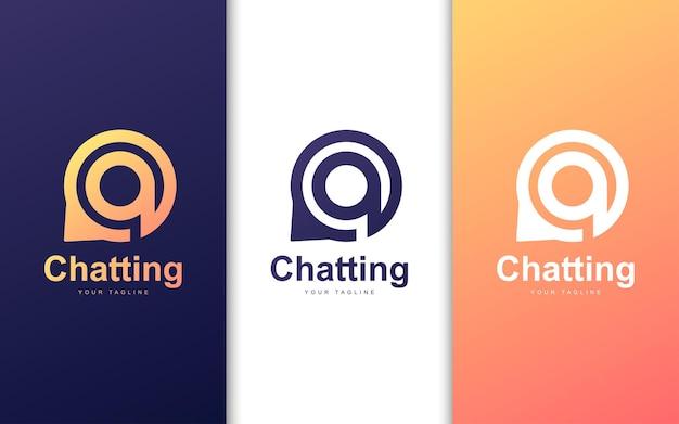 文字チャットバブルのロゴ。現代のチャットのロゴの概念