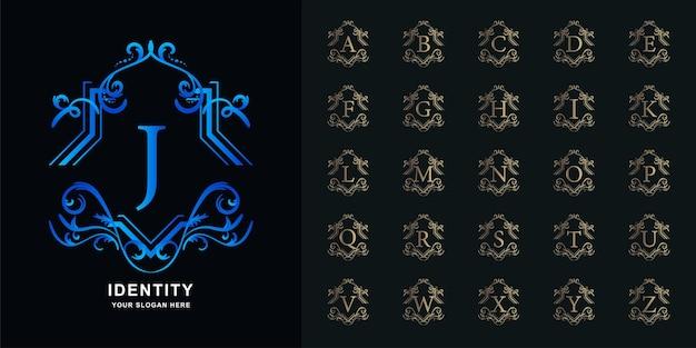 手紙jまたは豪華な装飾花柄の金色のロゴのテンプレートが付いているコレクションの最初のアルファベット。