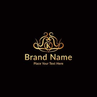 金色の装飾が施された文字kのロゴ