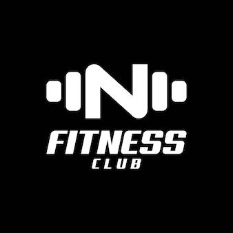 Буква n логотип со штангой. фитнес-зал логотип. фитнес вектор дизайн логотипа для тренажерного зала и фитнеса.