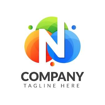 クリエイティブ産業、ウェブ、ビジネス、会社のためのカラフルな円の背景を持つ文字nロゴ