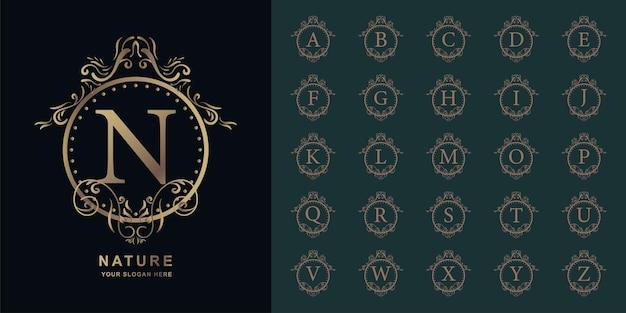 고급 장식 꽃 프레임 황금 로고 템플릿이 있는 문자 n 또는 컬렉션 초기 알파벳.