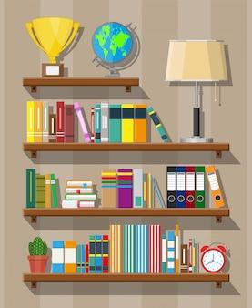 도서관 책꽂이. 다른 책을 가진 책장.