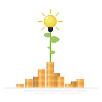 Лампочка растет из большой стопки золотых монет