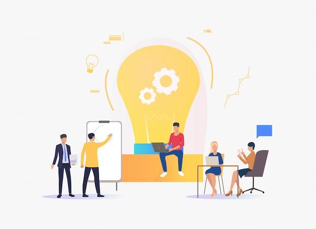 電球、アイデアを議論し、働く人々