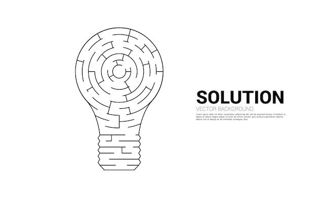 미로 게임에서 전구입니다. 문제 해결 및 아이디어 찾기를 위한 비즈니스 개념입니다.