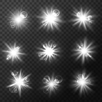 光のバーストと爆発、フラッシュとフレア光線が透明な背景に影響します。明るいビーム、輝きとキラキラ、リアルな日光と星の光で輝く星や太陽の白い輝きをベクトルします