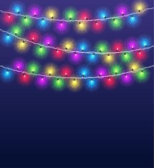 明るい花輪の背景。クリスマスパーティーの輝くカラーランプ、冬の休日の照明の装飾。