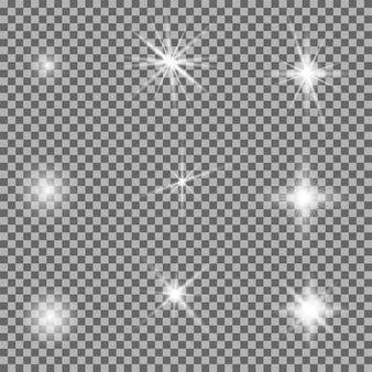 ライトグロー効果。スターシャインフラッシュ、透明な背景に設定された明るいスパークル。レンズフレア、光沢のあるキラキラ、トラライトが爆発します。スパークバースト、太陽光線が分離されました。リアルな魔法のファンタジー装飾