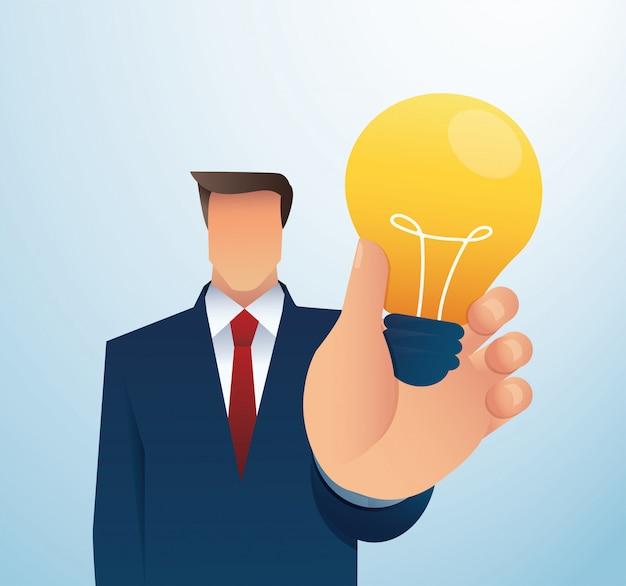 Lightblubを保持しているビジネスの男性。創造的なコンセプト。