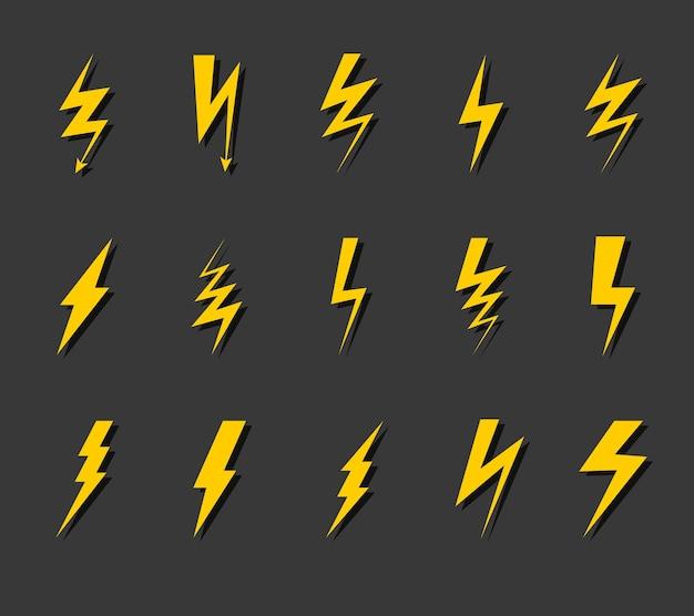 번개 아이콘 세트입니다. 천둥 플래시, 전기 전압 전기 기호, 그림자가 있는 간단한 노란색 지그재그 실루엣, 벼락 기호 검은 배경에 고립 된 평면 벡터 컬렉션