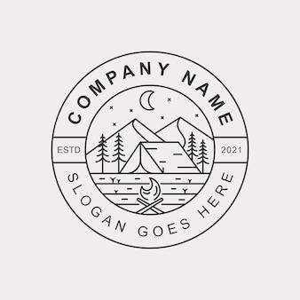 山とキャンプファイヤーバッジのロゴと屋外キャンプの丘のラインアートのロゴ