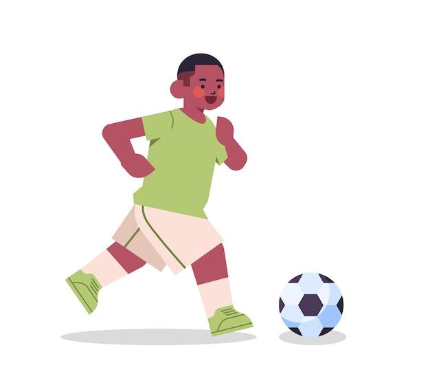 작은 아프리카 계 미국인 소년 축구 건강한 라이프 스타일 어린 시절 개념 전체 길이 격리 된 벡터 일러스트 레이 션을 재생
