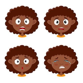Маленькая африканская девушка с скручиваемыми испуганным выражением лица, набором мультяшных иллюстраций на белом фоне. Premium векторы