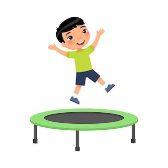 Маленький азиатский мальчик прыгает на батуте