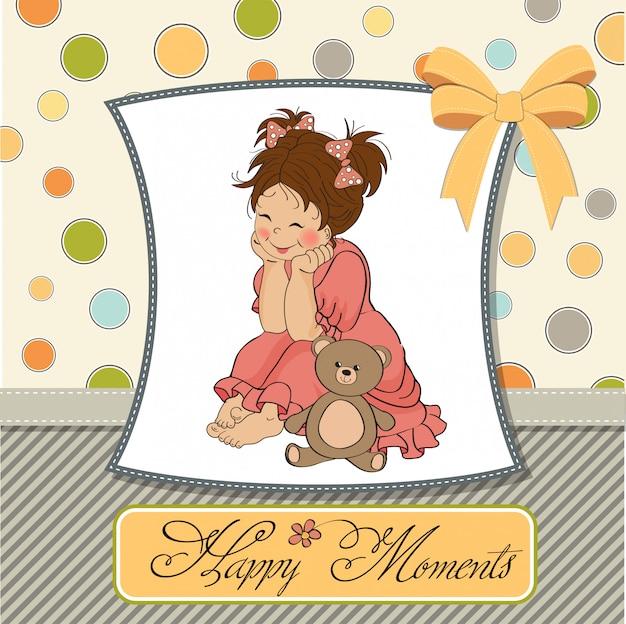 Маленькая девочка играет с игрушкой-плюшевым мишкой