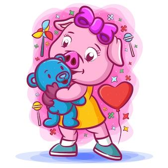 Маленькая розовая свинья держит голубую куклу с игрушками вокруг нее