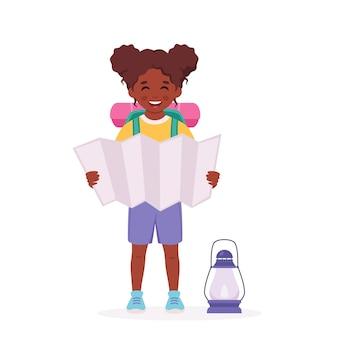 지도 배낭과 작은 흑인 소녀 스카우트 캠핑 여름 키즈 캠프