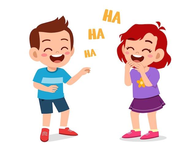 Маленький мальчик и маленькая девочка смеются вместе