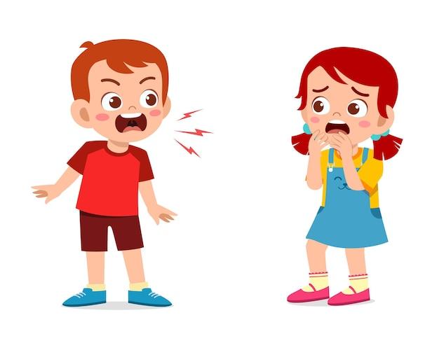 Маленький мальчик сердится и кричит маленькой девочке