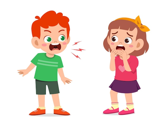 小さな男の子は怒って小さな女の子に叫ぶ