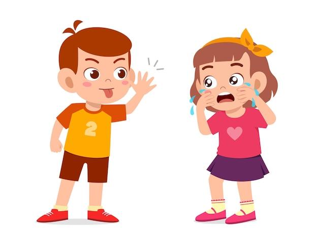 Маленький мальчик запугивает маленькую девочку, пока она не заплачет