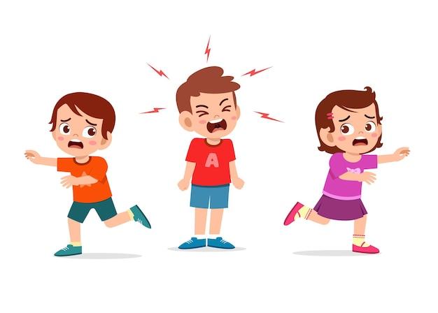 어린 소년은 울고 비명을 지르며 그의 친구를 뛰게 만듭니다.