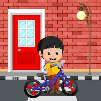 小さな男の子が自転車を運転する