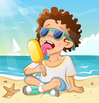 아이스크림을 먹는 어린 소년. 바다 해변에서 선글라스를 쓴 곱슬곱슬한 멋진 아이