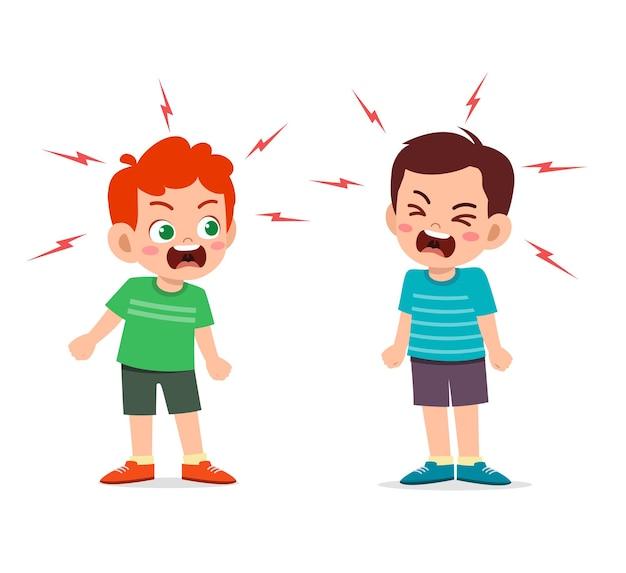Маленький мальчик сражается и спорит со своим другом