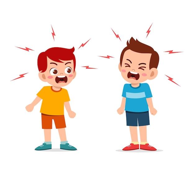 小さな男の子は彼の友人と戦い、議論します