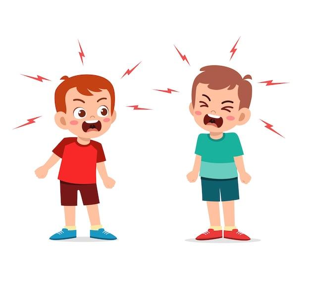 Маленький мальчик борется и спорит со своим другом