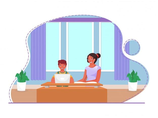 Маленький мальчик получает онлайн-образование с ноутбука рядом с молодой девушкой, которая пишет в книге дома, чтобы остановить пандемию коронавируса.