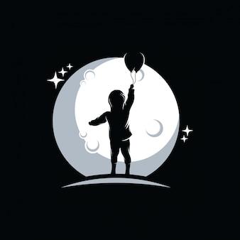 Маленький мальчик держит воздушные шары на фоне луны