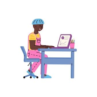 어린이 개념을 위한 노트북 온라인 교육을 배우는 어린 소년