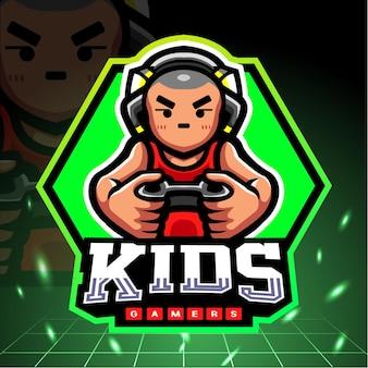 Маленький талисман мальчика играя в игры. киберспорт логотип